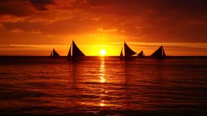 Sfondi-bellissimi-HD tramonto sul mare e barche a vela