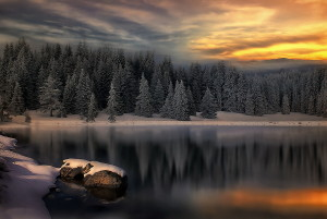Sfondo inverno tramonto sul lago innevato