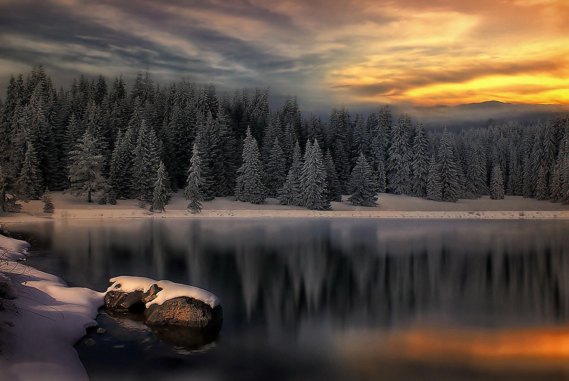 Sfondo inverno tramonto sul lago innevato sfondi hd gratis for Immagini per desktop inverno